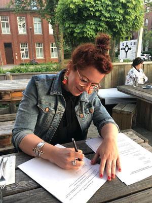 Lilli unterschreibt den Vertrag zur Gründung von Fräulein GLYCK