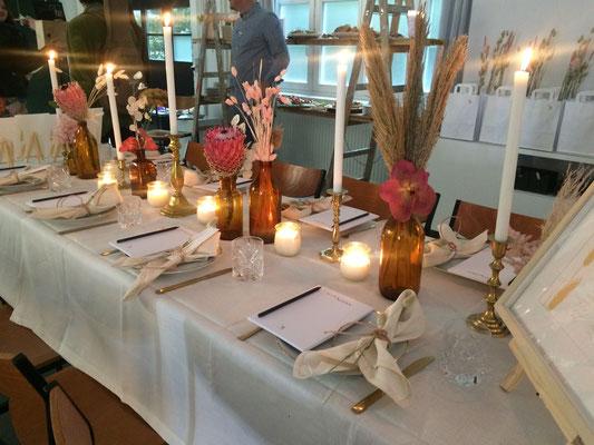 Der liebevoll geschmückte Tisch mit Kerzen und frischer Blumendekoration