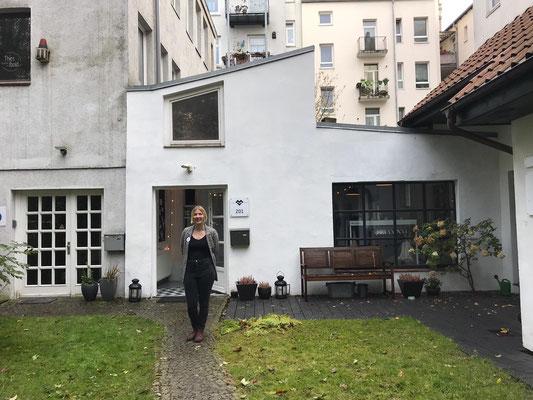 """Yvonne steht vor der Event-Location """"dem Mira-Luna Fotostudio"""" in Altona"""