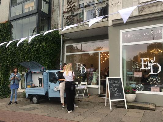 Unsere mobile Secco-Bar vor dem Laden von Festtagsdesign in Hamburg