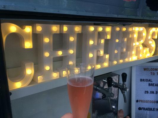 Die leuchtenden Cheers-Buchstaben in der mobilen Bar sorgen für Ambiente