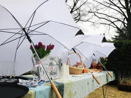 Das Buffet von Fräulein GLYCK wird vor Regen geschützt