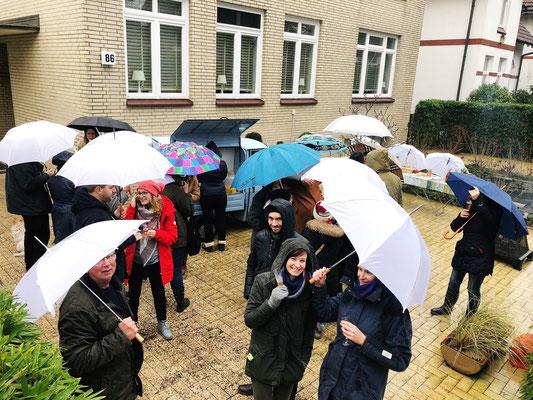 Die Gäste bei der Saisoneröffnung mit Regenschirmen