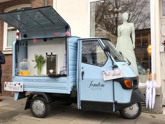 Unsere mobile Bar vor einem Hamburger Brautmodeladen