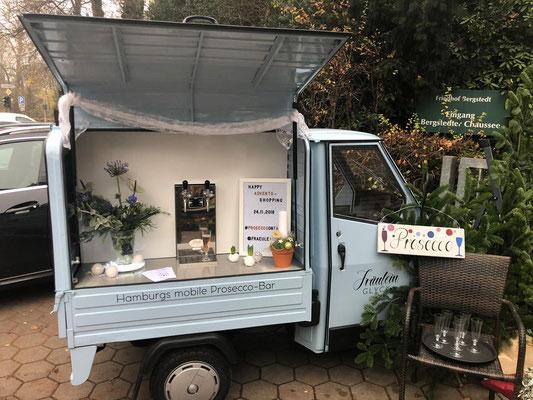 Ein Blick auf die weihnachtlich dekorierte mobile Bar