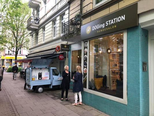 Der mobile Sektempfang vor dem Laden