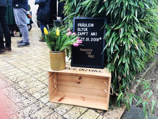 Das Schild auf der Zufahrt zur Garage von Fräulein GLYCK – Hamburgs mobiler Secco Bar