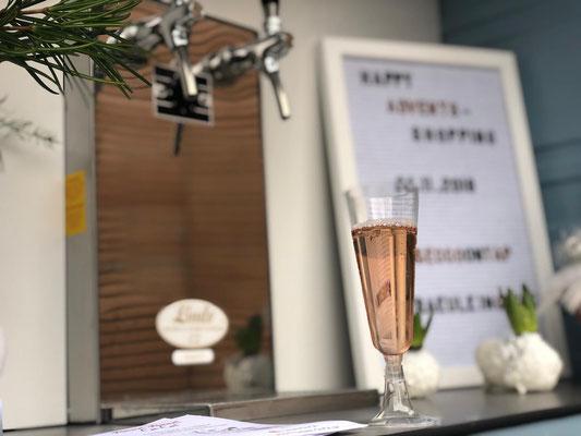 Ein Glas frisch gezapfter Secco vor dem Zapfhagn in der Sektape