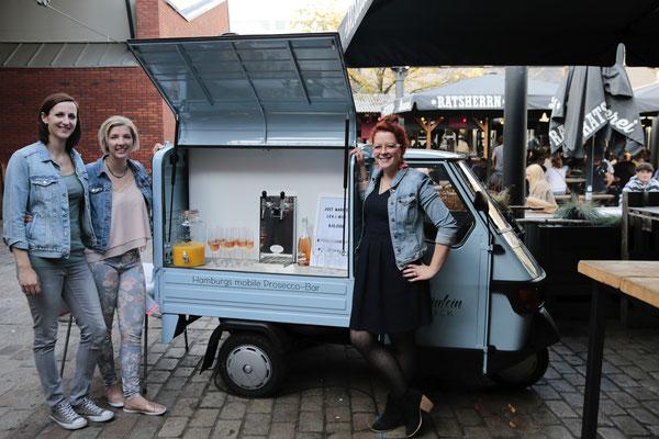 Yvonne und Lilli vor der mobilen Bar im Hamburger Schanzenviertel