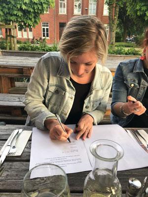 Yvonne unterzeichnet und legt den Grundstein für das Startup von Hamburgs mobiler Sektbar