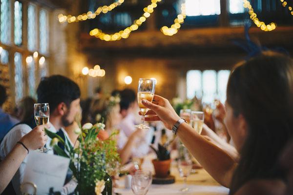 Gäste eines Events stoßen mit Sekt an