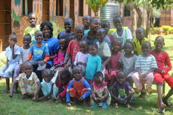 Alle Prinzessinen und Prinzen mit dem Direktor Collin Lumumba und einer Besucherin, einer Musiktherapeutin aus Amerika