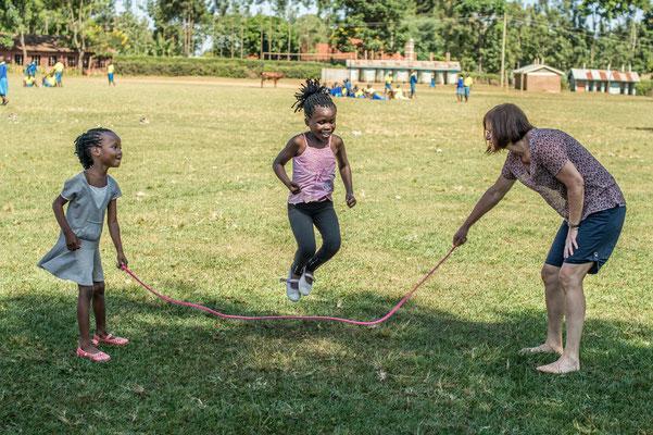 auch die kenianischen Mädchen lieben Seilhüpfen
