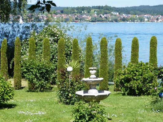 Seeblick aus dem ganzjährig frei zugänglichen Privatgarten der Familie Böhler.