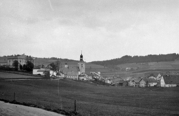 Blick von der heutigen Pfarrer-Biebl Strasse zur Kirche