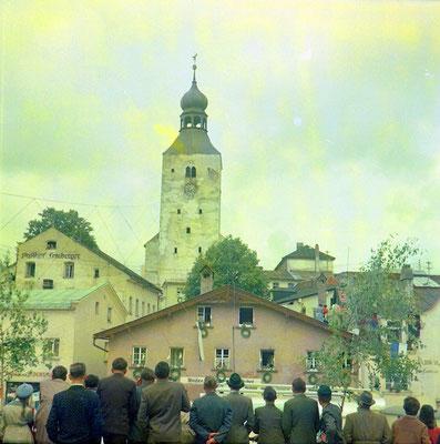 Sensation: auf einem Seil zwischen Kirche und Rathaus ist ein Seiltänzer (ganz klein zu sehen vor der Kirchturmuhr)