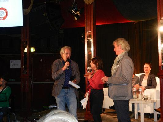 Koos Meinderts ontvangt de Boekenleeuw..