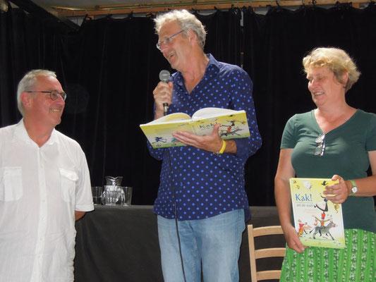 uitgever Dik Broekman ontvangt het eerste exemplaar