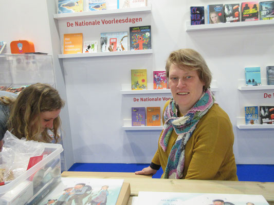 signing posters in the Stichting Lezen-stand at the Dutch Education Fair yesterday, January 25th. photo by Koos Meinderts