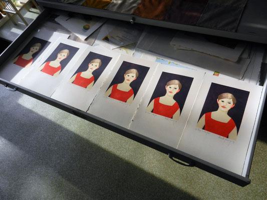 oplage meisje in rode jurk