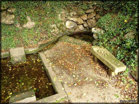 Une source transformée en lavoir sur la bassin de la Sérouze
