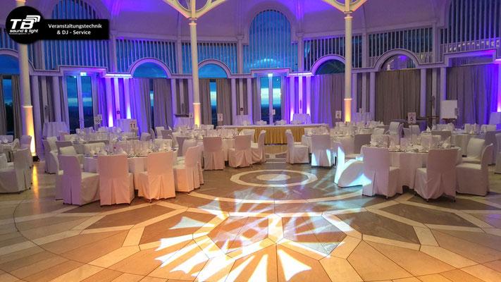 Hochzeits DJ Petersberg in der Rotunde - beleuchtete Säulen mit unseren Akku LED Spots