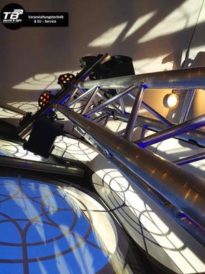 Hochzeit in der Flora Köln: Eine elegante Traversensäule für die Lichttechnik