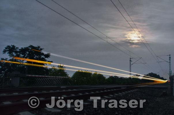 Zugdurchfahrt bei Nacht