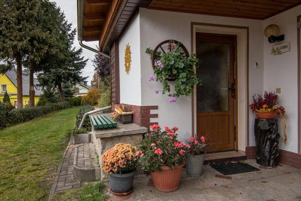 Einen seperaten Eingang zur Ferienwohnung und  Panoramabank mit Blick auf den bezaubernden Wolfsberg.
