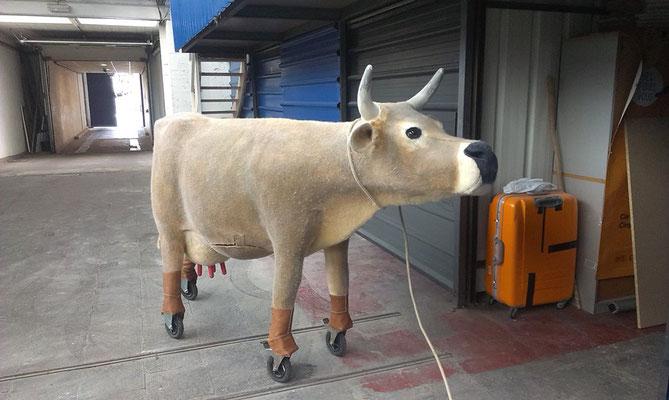 la vache de Lucas, en feutre réalisé à l'atelier (artiste circassien)