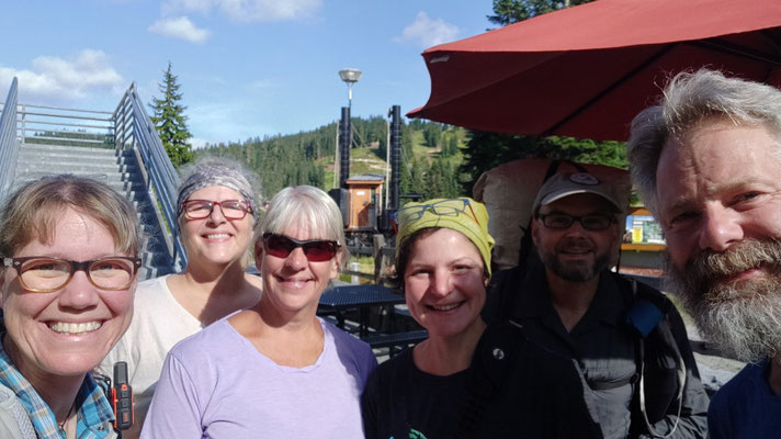 Mit Annette und Pam (neben und hinter Sabine), Mitarbeiterinnen der Lodge sowie Marion und Stephan, zwei Hiker aus Deutschland