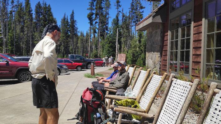 Jonas, Andi und Olli vor dem Annie Creek Restaurant, Manzana Village