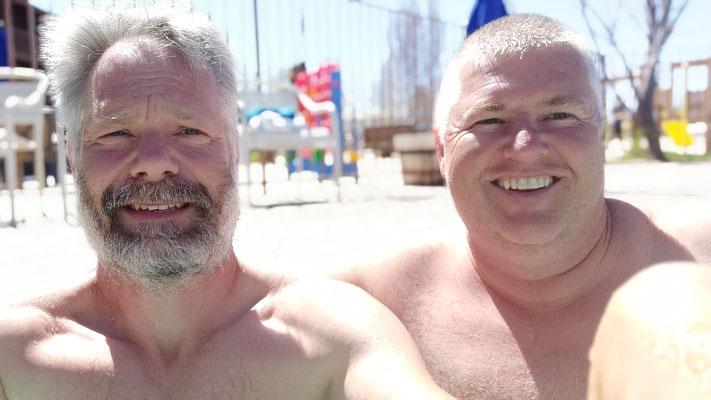 Selfie mit Mike-Downhill mit neuer Kurzhaarfrisur  im Pool