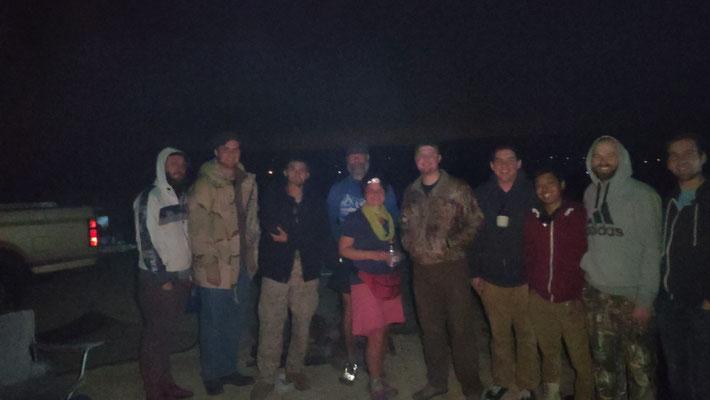 Party in der Wüste, rechts neben Sabine steht Russell, dessen Familienwurzeln in Pommern liegen