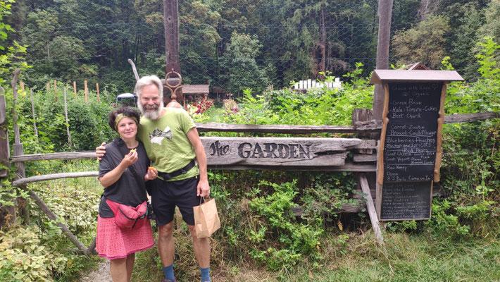 The Garden besucht mit Dan und DJ. Gardner Karl baut ökologisch Obst und Gemüse an, alles organic und macht seinen eigenen Ziegenkäse