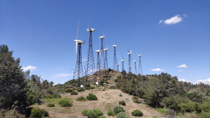 Windräder, die wie Ausserirdische aus einem SF-Film aussehen