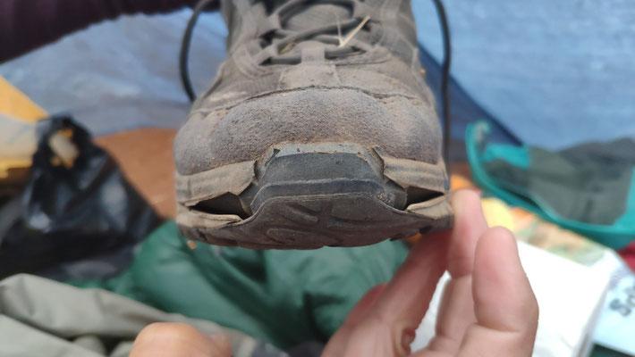Auch Sabines Schuh zeigt Verschleißerscheinungen. Da muss mal wieder Uhu ran ...