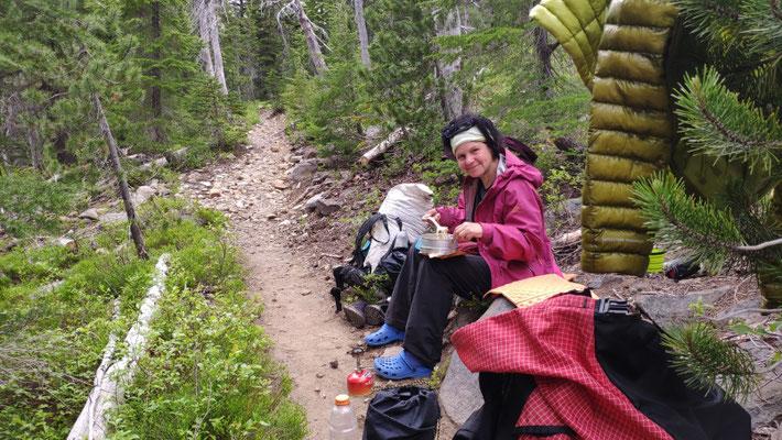 Mittagessen auf dem Trail, von Moskitos geplagt!