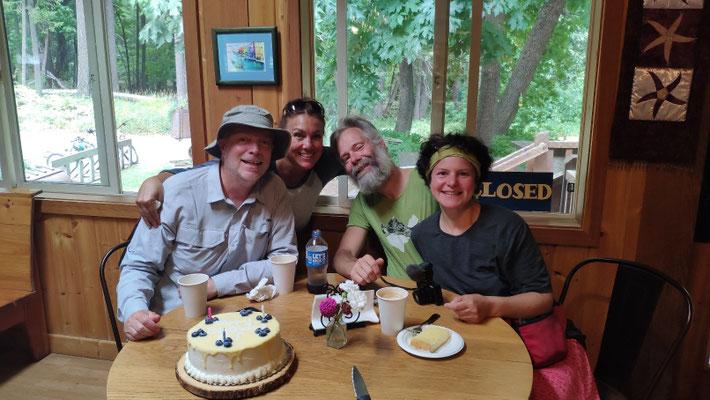 In der Bakery feiern wir mit Torte den Geburtstag von DJ
