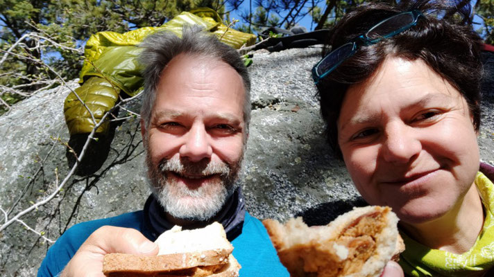 2. Frühstück: Brot mit dicker Schicht Erdnusscreme (aus der Hikersbox in Idyllwild)