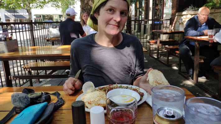 Lunch im bekannten 5-Point-Cafe (24/7 geöffnet!)