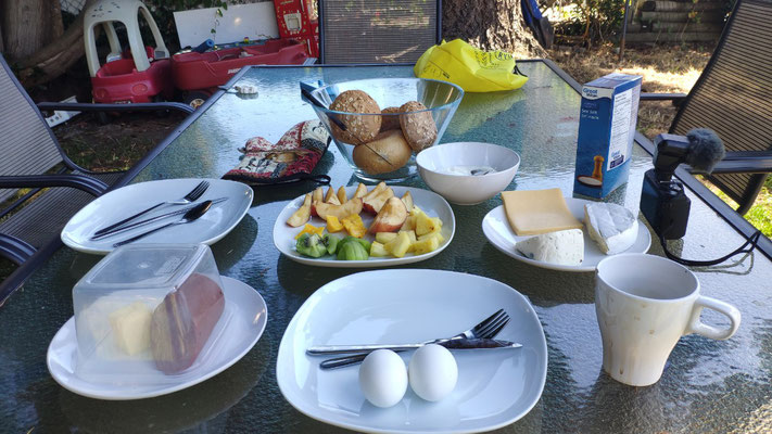Schönes Frühstück im Garten