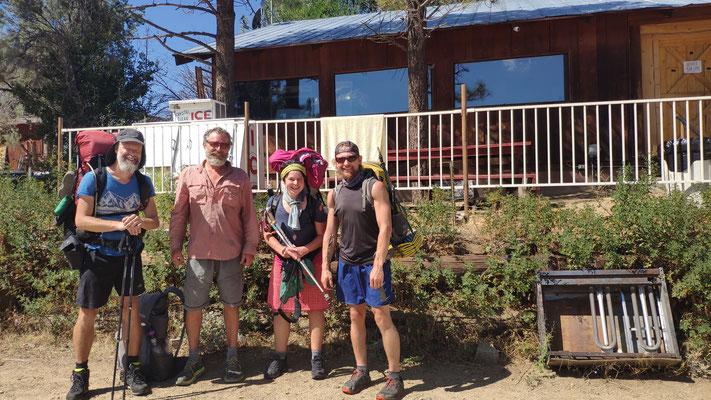 Kurz bevor wir zu viert zum Trailhead gefahren werden (Pavel aus Russland ganz rechts)