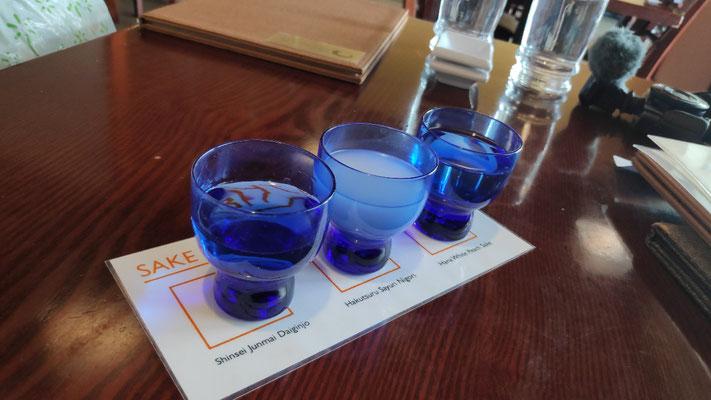 Drei verschiedene Sake-Kostproben