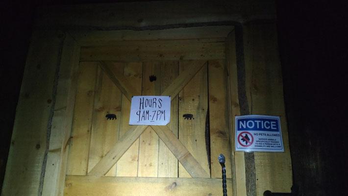 Laut Internet sollte bis 22 Uhr geöffnet sein, Olli stand aber kurz vor 20 Uhr vor verschlossenen Türen ( Sabine kam 45 min. später in Kennedy Meadows an). Leider umsonst beeilt ...