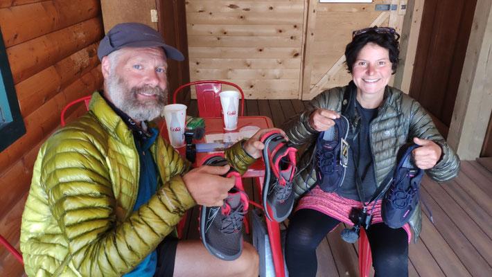 Beide mit den neuen Schuhen (Sabine: Lowe, Olli: Altra)