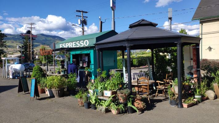 Hübsches Kaffeehäusle direkt vor dem Relax Inn