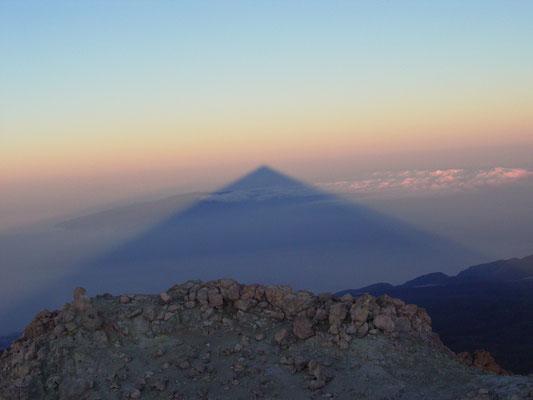 Teneriffa (2007) - Einzigartiges Naturschauspiel: der Teide (3.718m) wirft bei Sonnenaufgang seinen Schatten auf die Wasseroberfläche vom Atlantik