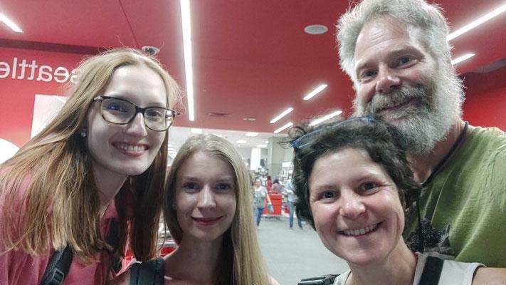 In einem großen Kaufhaus treffen wir zwei Mädels aus Stuttgart-Böblingen, Jasmin und Hanna.