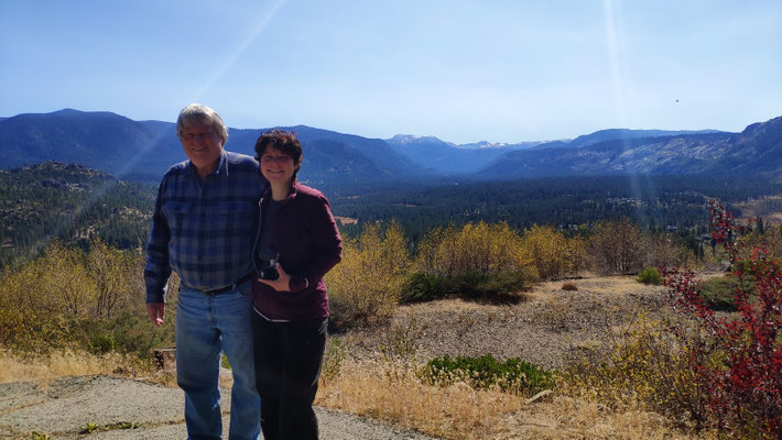 Kris und Sabine vor dem Platz, wo einst sein Haus stand